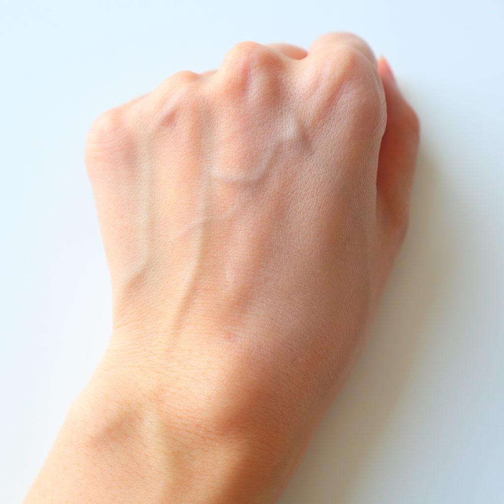 トーンアップだけを使うとこんな感じになります。(手の甲の右半面だけに塗っている)